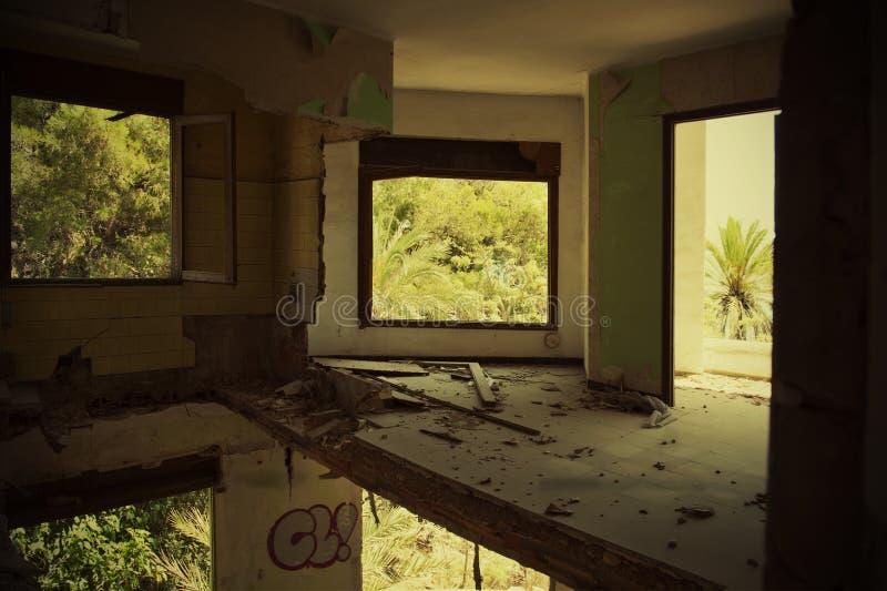 Verwoeste ruimte in het gebouw stock foto