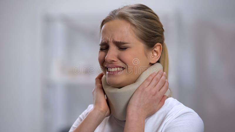 Verwond wijfje in schuim cervicale kraag die plotseling scherpe pijn in hals voelen royalty-vrije stock foto's