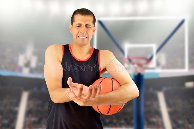 Verwonde basketbalspeler stock afbeeldingen