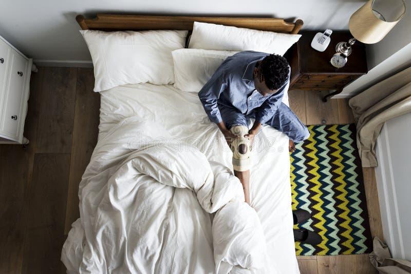 Verwonde mens op het bed stock foto