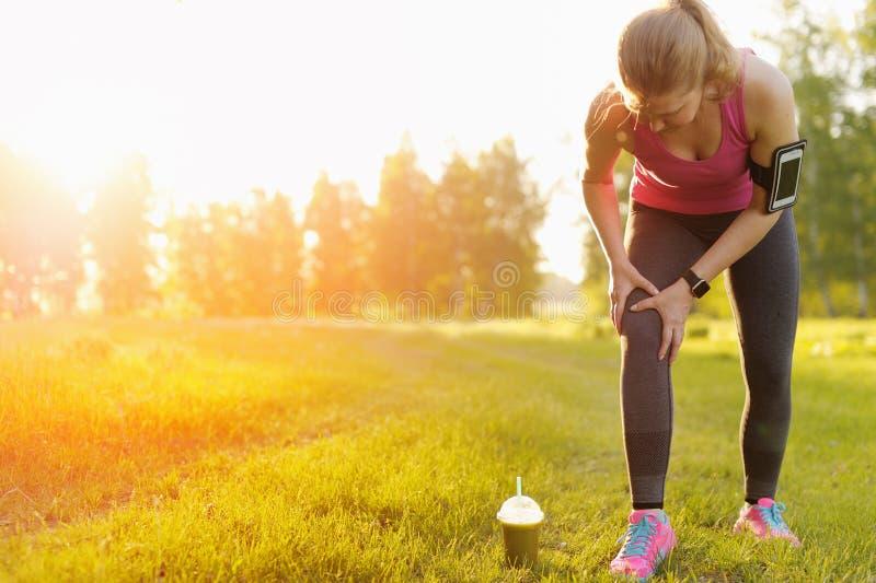 Verwondingen - sporten die knieverwonding op vrouw in werking stellen royalty-vrije stock afbeeldingen