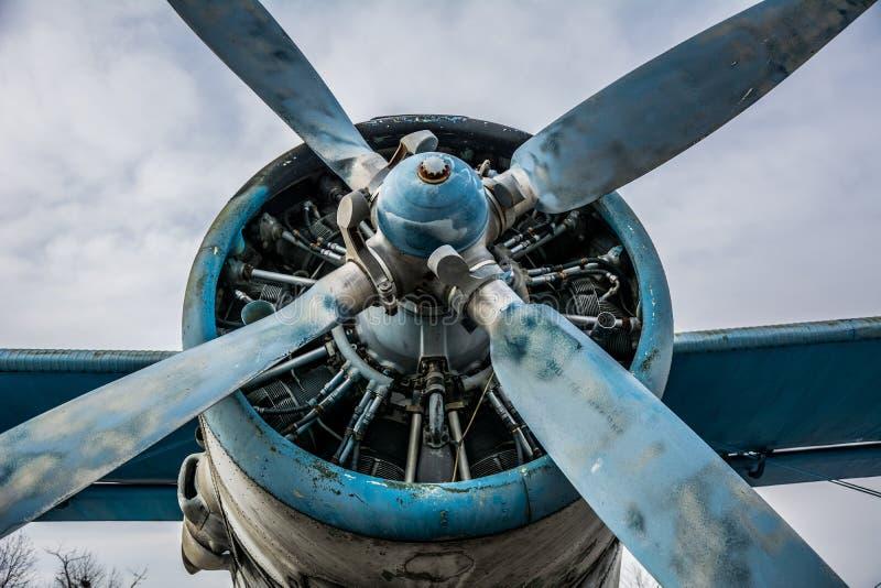 verworfen am Speicherauszugflugzeug in einem alten Flugplatz stockbild