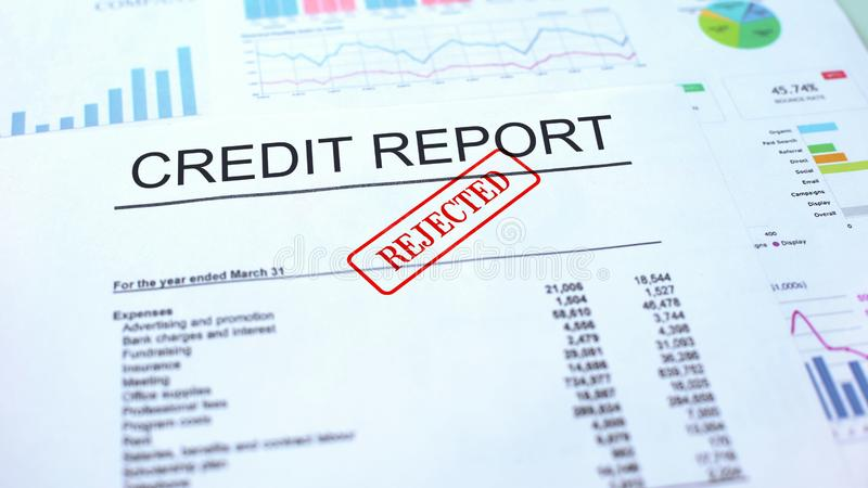 Verworpen kredietrapport, gestempelde verbinding over officieel document, bedrijfsproject stock afbeeldingen