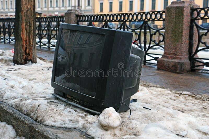 Verworpen TV op de granietdijk van de rivier royalty-vrije stock afbeelding