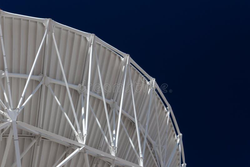 Very Large Array-Kehrenkurve eines Radioteleskop-Antennentellers, weiß gegen einen bewölkten Himmel, Wissenschaftstechnologietech lizenzfreie stockbilder