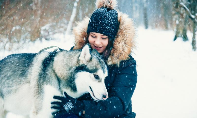Verzacht Omhelzingen Hond en meisje royalty-vrije stock fotografie