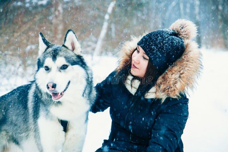Verzacht Omhelzingen Hond en meisje stock afbeeldingen