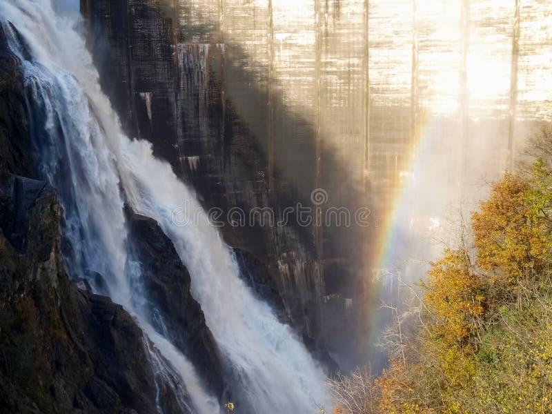 Verzasca水坝,壮观的瀑布 免版税库存照片