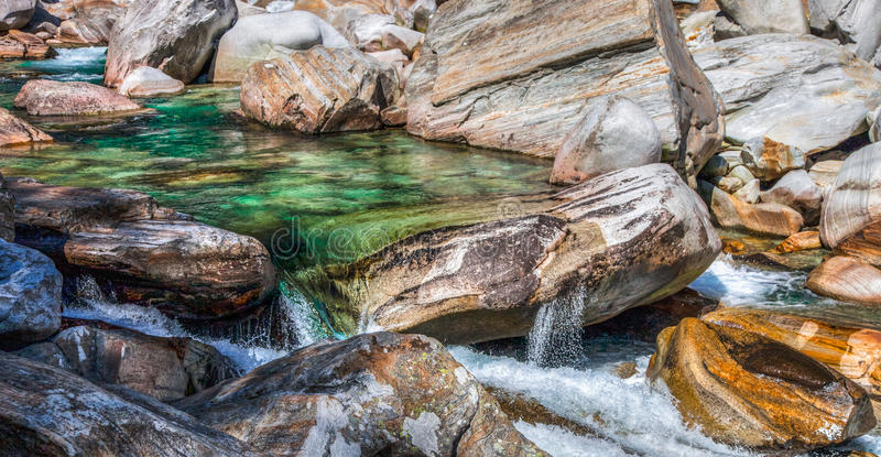 Verzasca, Suiza - piscina de la roca fotografía de archivo