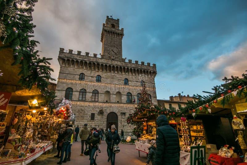 Verzauberte Atmosphäre am Weihnachtsmarkt in der historischen Mitte von Montepulciano mit großem Weihnachtsbaum lizenzfreie stockfotos