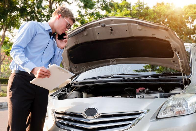 Verzekeringsagent het schrijven document op klembord die auto na ongeval, Verzekeringsconcept onderzoeken stock afbeeldingen