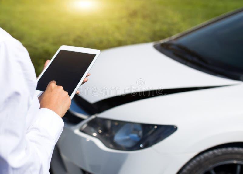 Verzekeringsagent Inspecting Damaged Car met de Vorm van de Verzekeringseis op Digitale Tablet royalty-vrije stock foto