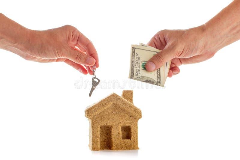 Verzekeringsconcept met het bezit van het zandhuis en hand, investering stock illustratie