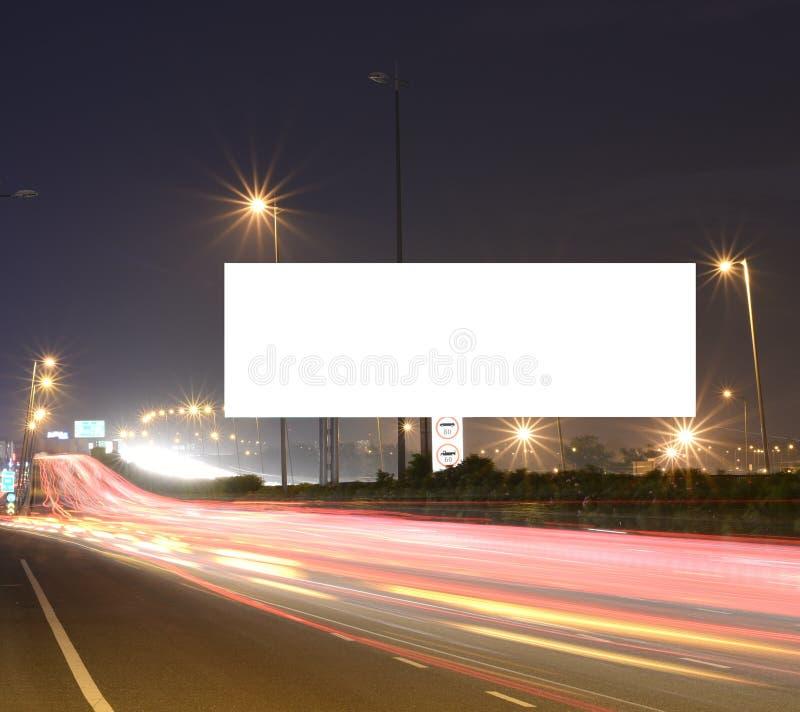 Verzendende auto's op moderne Wegeninfrastructuur met leeg hamsteren voor tekstberichten, artistiek lang blootstellingsschot royalty-vrije stock afbeeldingen