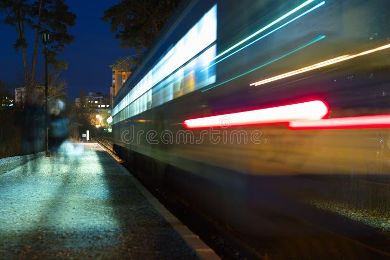 Verzendende trein bij nacht stock fotografie