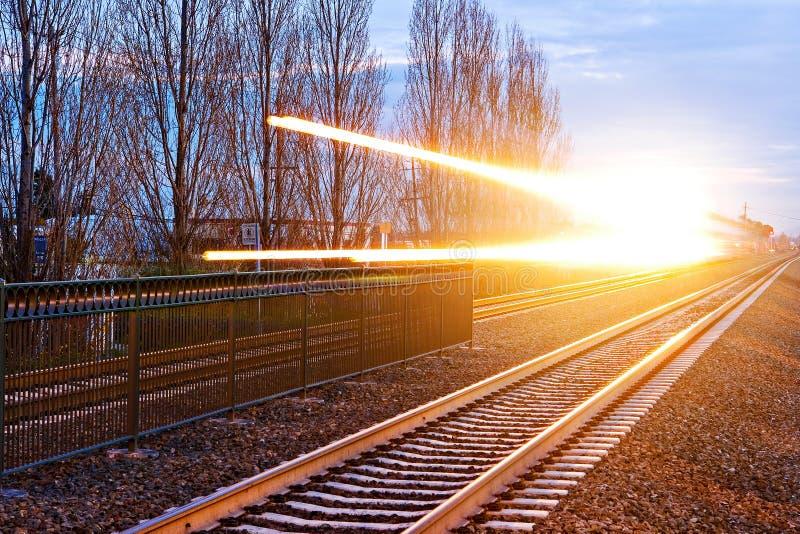 Verzendende Trein met Dramatische Lichte Stroken stock fotografie