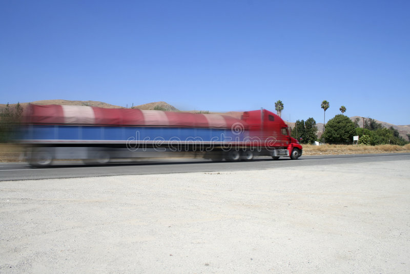 Verzendende vrachtwagen op weg (met snelheidsonduidelijk beeld) royalty-vrije stock fotografie