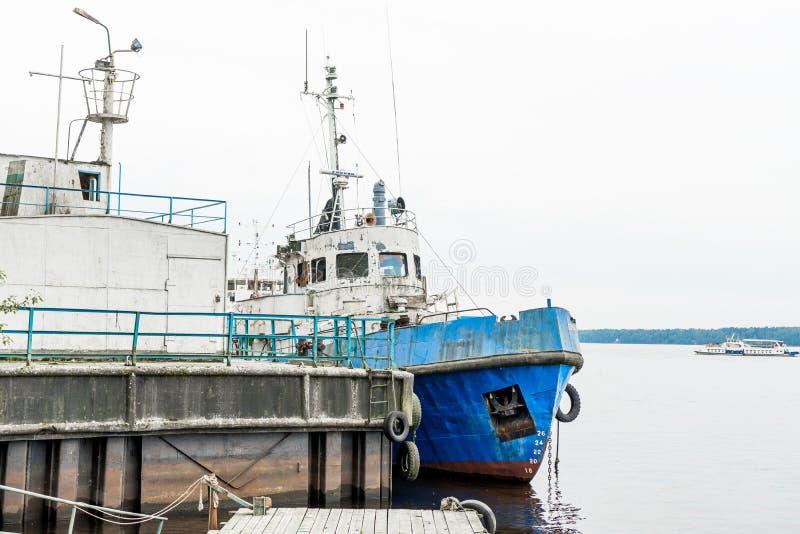 Verzichtstahlschiff auf Pier mit bewölktem Himmel, Nahaufnahmeschuß lizenzfreie stockbilder