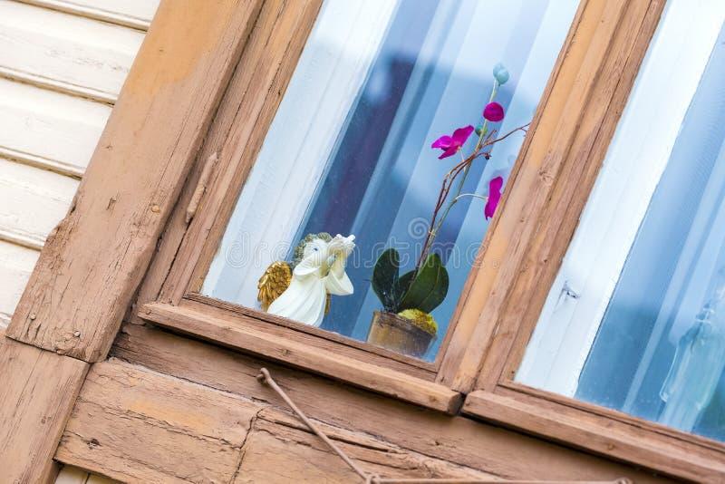 Verzierendes Fenster, Engel, Orchidee lizenzfreies stockbild
