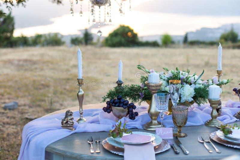 Verziert für heiratenden eleganten Abendtisch stockbilder