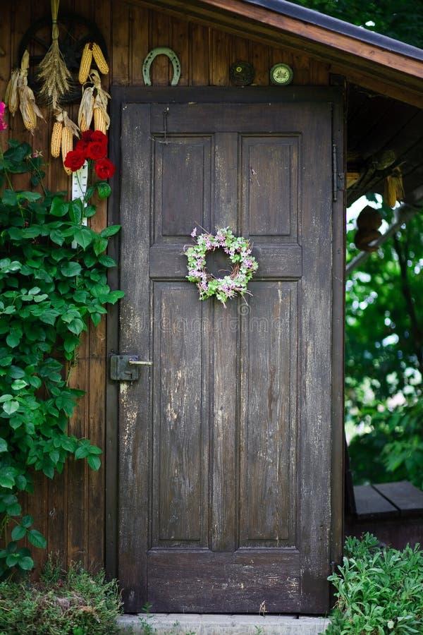 Verzierte Gartenhaustür lizenzfreies stockbild