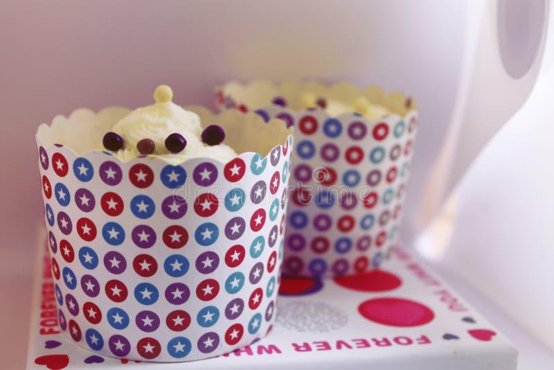Verzierte Geburtstagskleine kuchen lizenzfreie stockfotografie