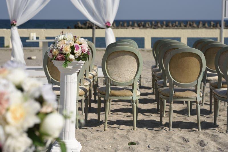Verzierte Hochzeit auf dem Strand lizenzfreie stockfotos
