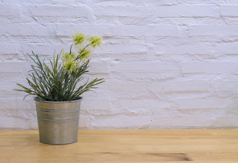 Verzierte künstliche Blumen auf Holztisch stockfotos