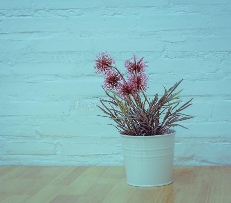 Verzierte künstliche Blumen auf Holztisch lizenzfreies stockbild