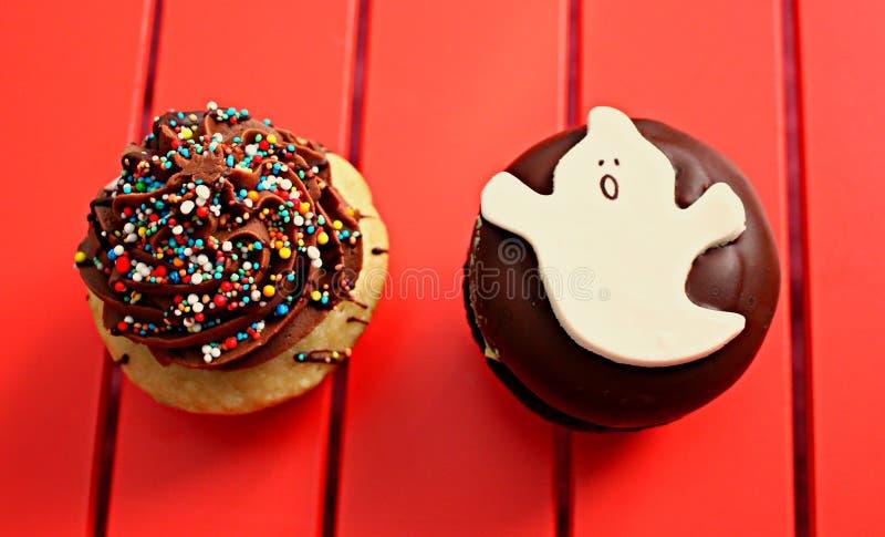 Verzierte Muffins besonders für Halloween stockbilder
