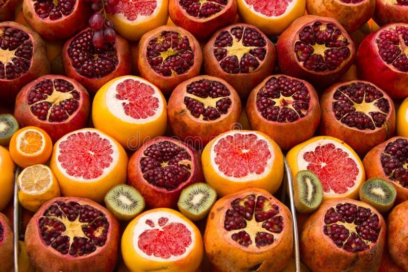 Verzierte Orange, Granatapfel und Kiwi auf dem Markt-Regal lizenzfreie stockfotografie
