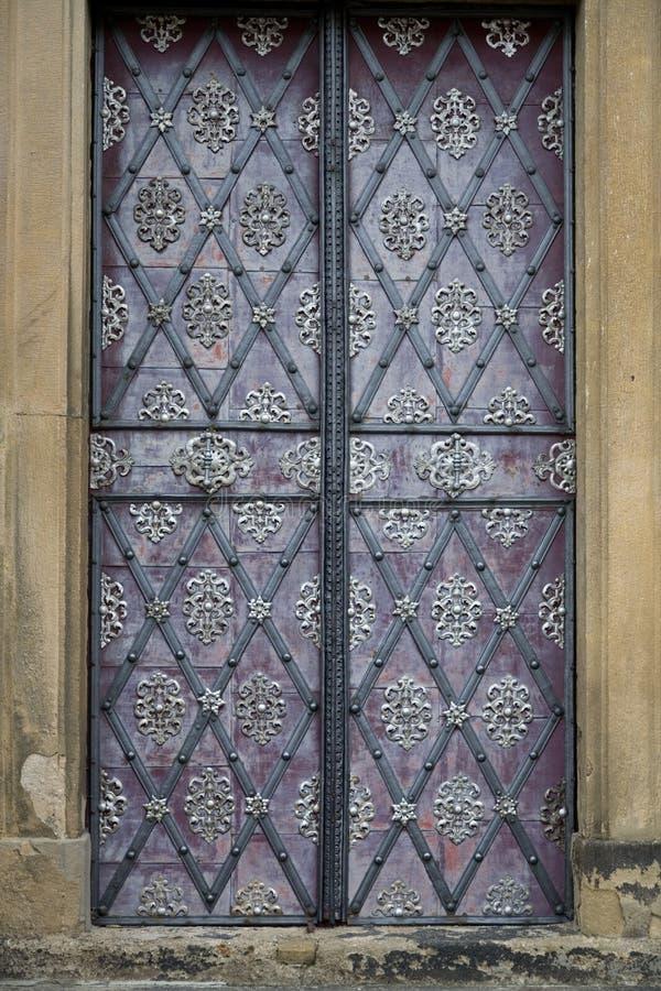 Verzierte Tür in Prag stockbild