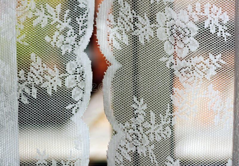 Verzierte Vorhänge mit weißer Blumenbeschaffenheit stockfotografie