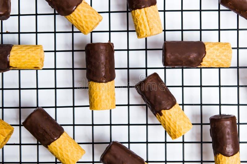 Verzierte Waffeln mit Schokolade auf einem Netz stockfoto