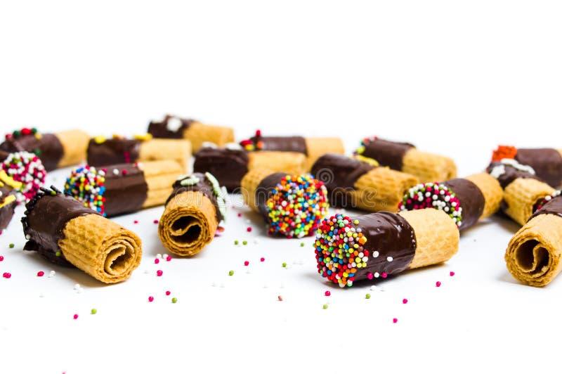 Verzierte Waffeln mit Schokolade auf Weiß stockfoto