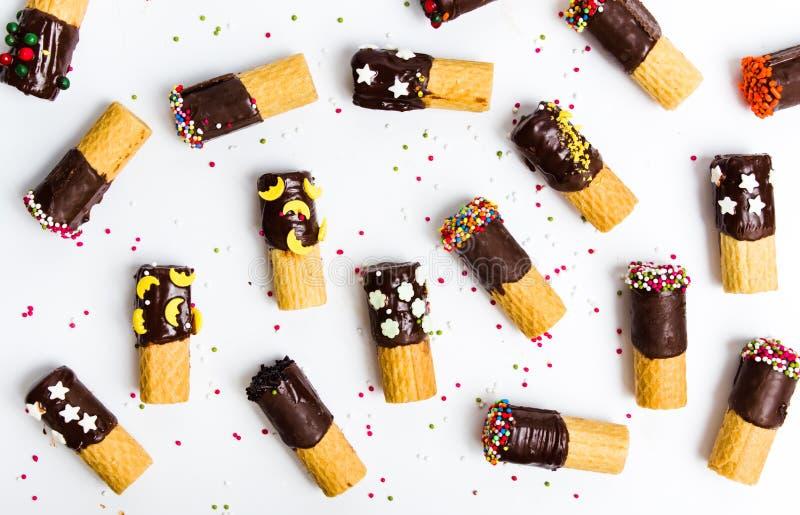 Verzierte Waffeln mit Schokolade auf Weiß stockfotografie