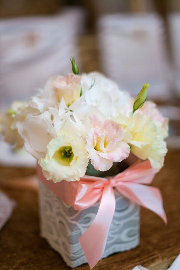 Verzierter Blumenstrauß von Blumen am Feiertag lizenzfreies stockfoto