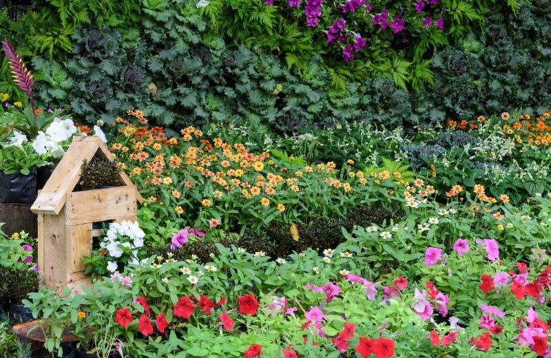 Verzierter bunter Blumengarten im Park stockbild