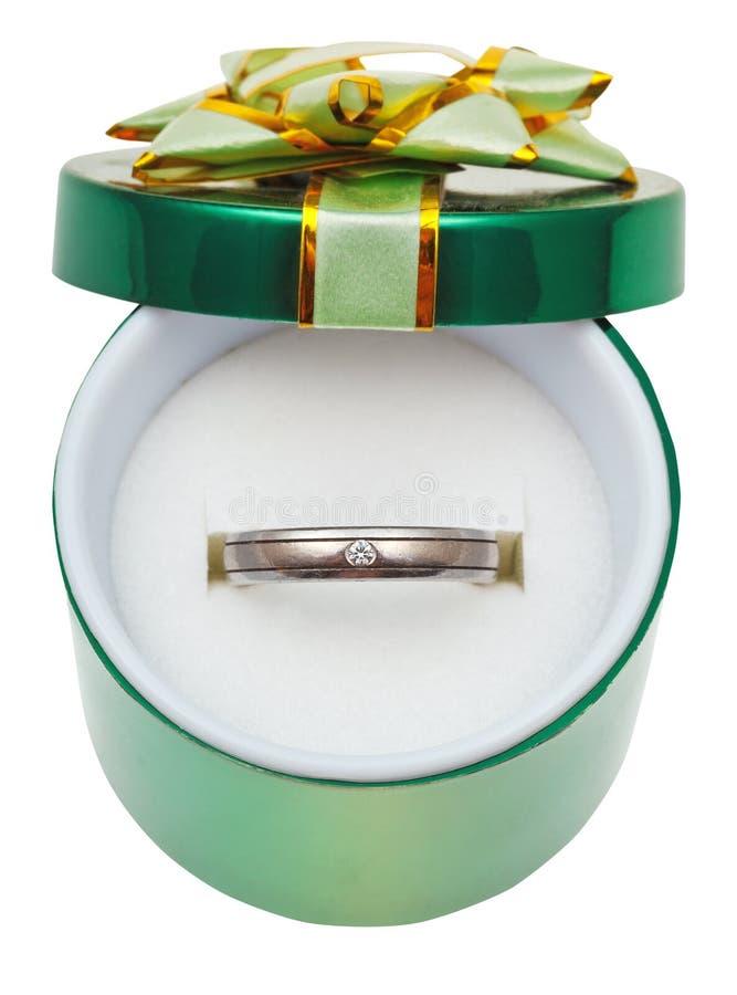 Verzierter grüner Kasten mit Hochzeitsplatinring stockfotografie