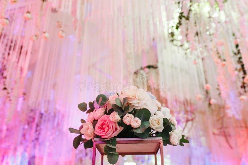Verzierter Heiratshall Luxusblumenblumenstrauß und Deckendekor stockfoto
