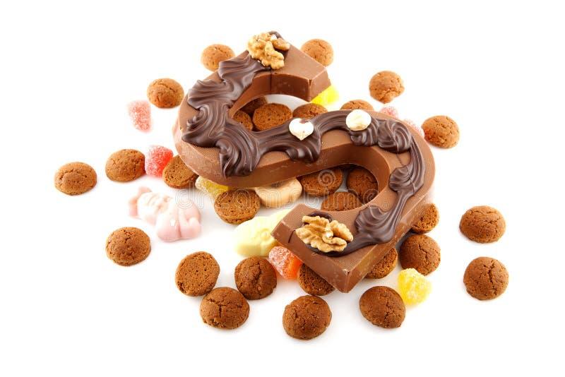 Verzierter Schokoladenbuchstabe S für Sinterklaas mit Ingwernüssen lizenzfreies stockfoto