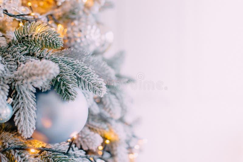 Verzierter Weihnachtsbaum auf weißem Wandhintergrund lizenzfreie stockbilder