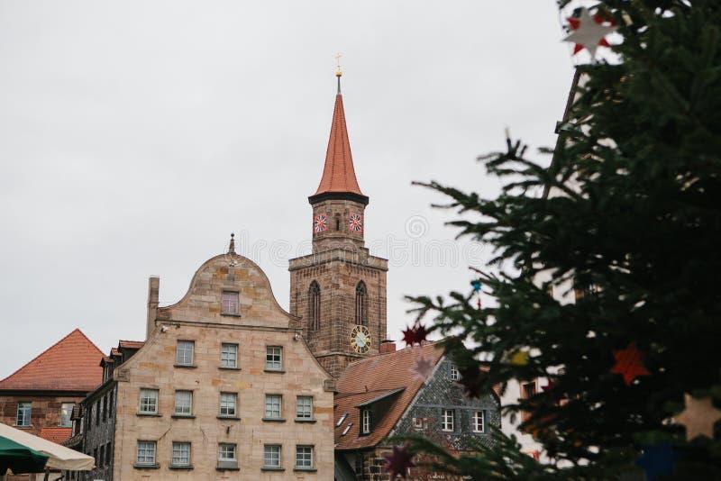Verzierter Weihnachtsbaum gegen den Hintergrund des Anblicks - alte traditionelle Gebäude in Furth-Stadt in Deutschland lizenzfreie stockfotografie