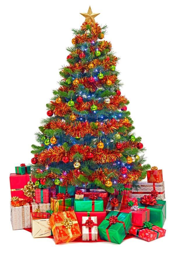 Verzierter Weihnachtsbaum mit den Geschenken lokalisiert stockfotografie