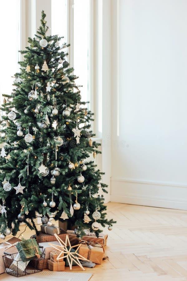 Verzierter Weihnachtsbaum mit Geschenken im hellen Wohnzimmer, Scand stockbilder