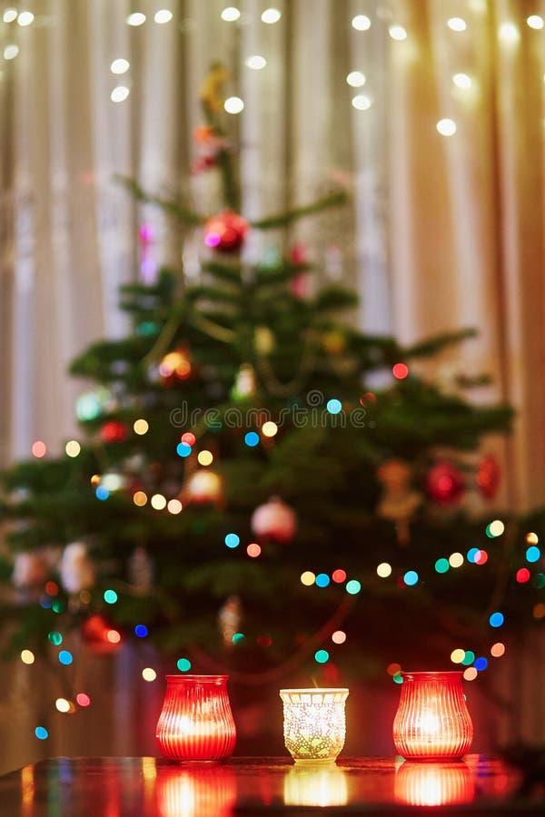 Verzierter Weihnachtsbaum mit hellen Girlanden und Kerzen lizenzfreie stockbilder