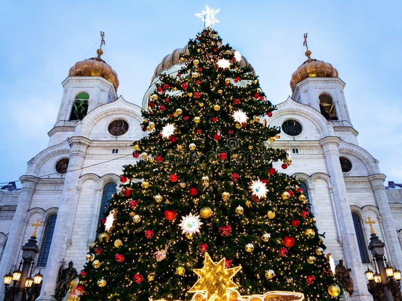 Verzierter Weihnachtsbaum nahe Kathedrale in Moskau lizenzfreie stockbilder