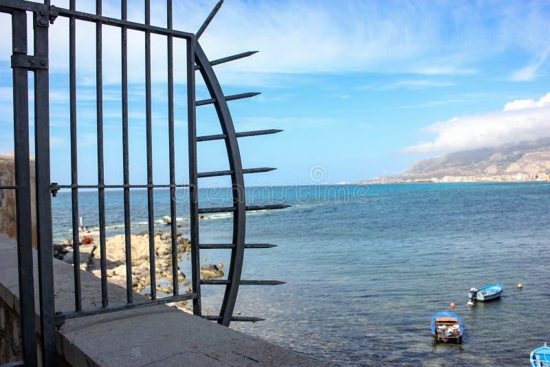Verzierter Zaun in Trapani, Sizilien lizenzfreies stockfoto