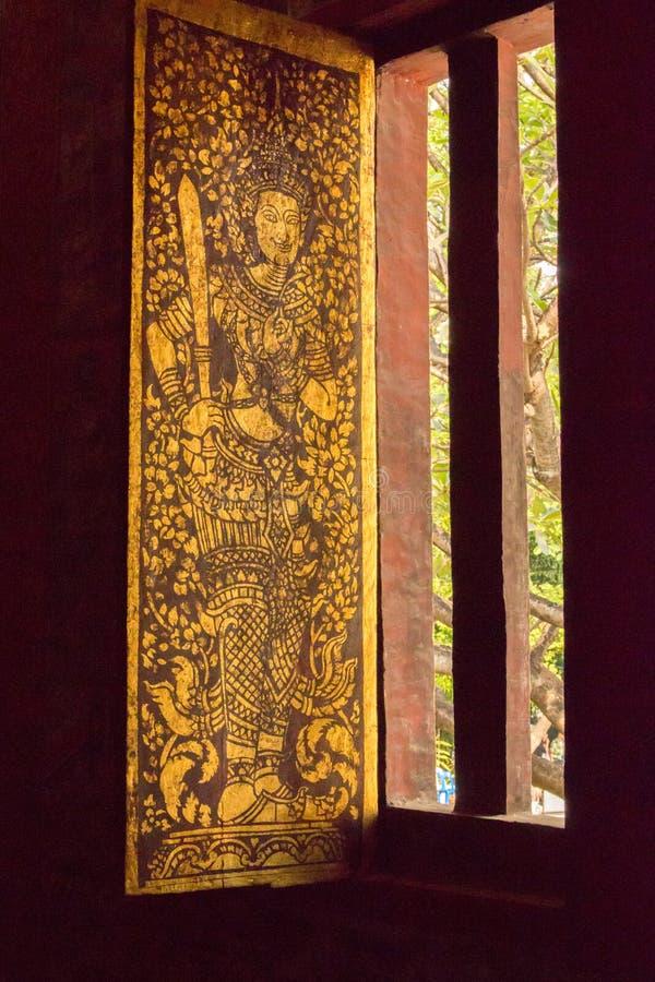 Verziertes Fenster in Wat Chedi Luang Chiang Mai wihan lizenzfreie stockfotos