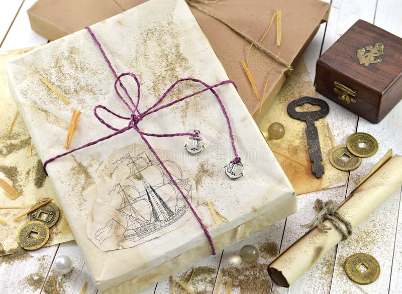 Verziertes Geschenk mit Retro- Gegenständen stockfotos